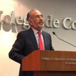 El Lic. Oscar de la Vega en el Colegio de Contadores